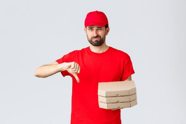 Kwarantanna z dostawą żywności zostań w domu i zamów koncepcję online rozczarowany i niechętny kurier w od...
