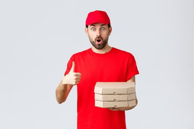 Kwarantanna z dostawą żywności zostań w domu i zamów koncepcję online zaskoczony i zdumiony brodaty kurier w ...