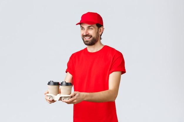 Kwarantanna z dostawą żywności zostań w domu i zamów przyjaznego kuriera online w czerwonej jednolitej czapce i ...