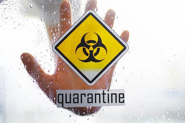 Kwarantanna. znak ostrzegawczy kwarantanny na szklanych drzwiach w szpitalnym izolatorze. izolacja pacjentów z wirusem w specjalnych laboratoriach. wirus.