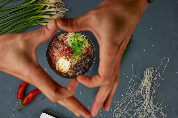 Kwaśna ostra zupa, kuchnia chińska, tło betonowe