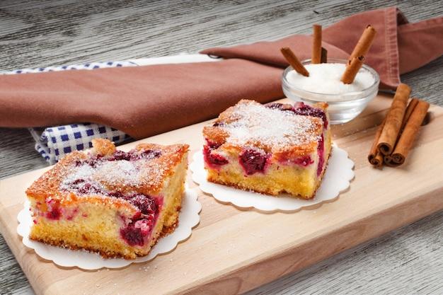 Kwaśne ciasto wiśniowe. plastry ciasta wiśniowego z cukrem i cynamonem.