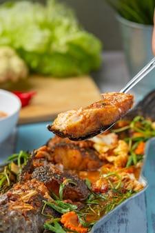 Kwaśne curry z rybą wężową, ostry ogrodowy gorący garnek, tajskie jedzenie.