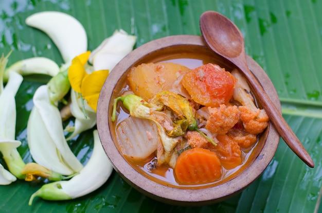 Kwaśne curry z sosem tamaryndowym, rybą i warzywami. tajskie tradycyjne jedzenie.