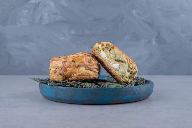 Kwaśne gogale na liściach sosny na talerzu na marmurowym stole.