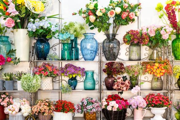 Kwiaciarnia, bukiety na półce, kwiaciarnia. piękna dekoracja kwiatowa