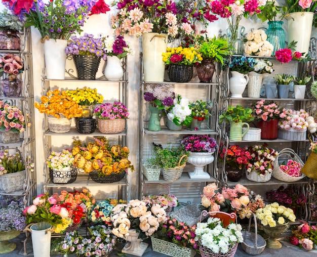 Kwiaciarnia, bukiety na półce, kwiaciarnia