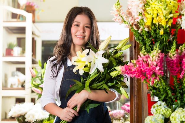 Kwiaciarnia kobieta trzyma bukiet