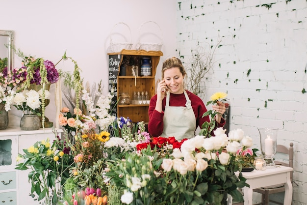 Kwiaciarnia mówi na smartphone i zbiera kwiaty