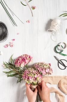 Kwiaciarnia na pulpicie z narzędziami roboczymi i wstążkami