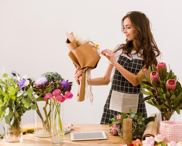 Kwiaciarnia o średnim ujęciu z pięknym bukietem