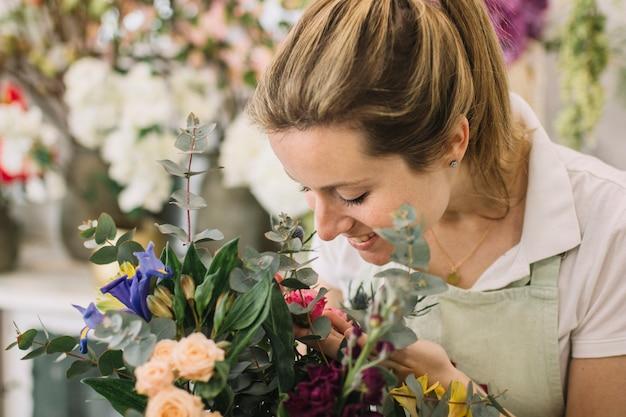 Kwiaciarnia patrząc na bukiet