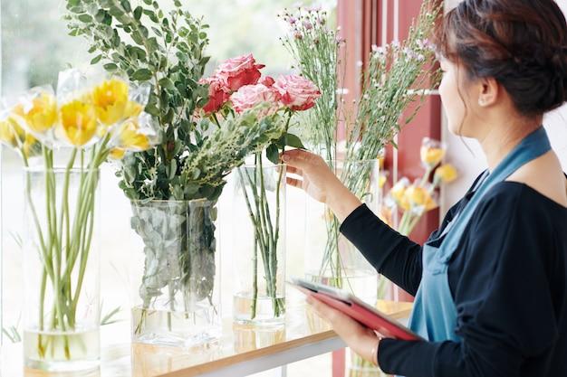 Kwiaciarnia pokazująca kwiaty na bukiet