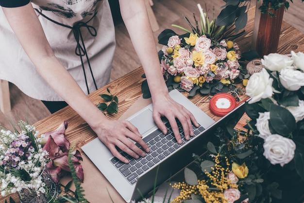 Kwiaciarnia pracuje w nowoczesnej kwiaciarni