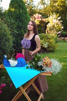Kwiaciarnia przygotowuje bukiet hortensji w pięknym ogrodzie