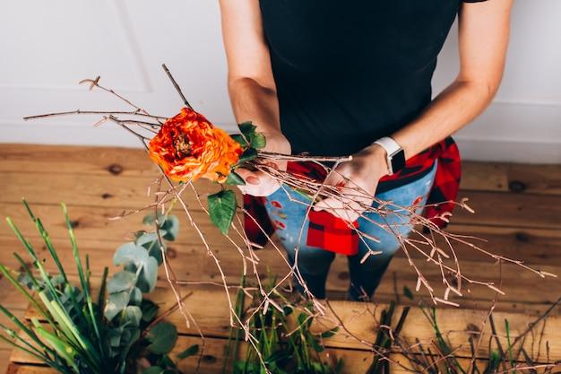 Kwiaciarnia robi bukiet. przepływ pracy kwiaciarni.
