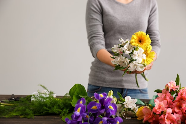 Kwiaciarnia robi bukietowi kwitnie w wazie