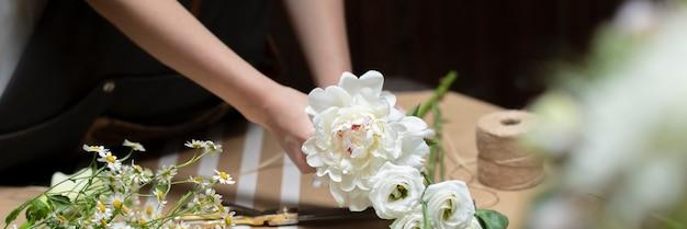 Kwiaciarnia robi bukiety w kwiaciarni