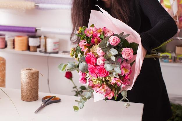 Kwiaciarnia robi modny bukiet różowych kwiatów