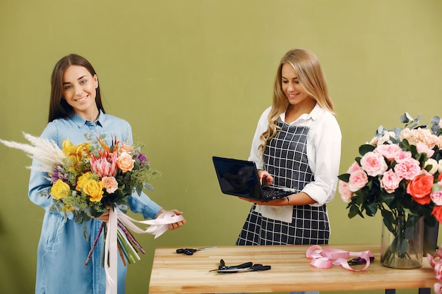 Kwiaciarnia robi piękny bukiet w studio