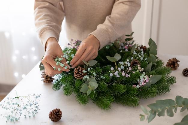Kwiaciarnia Robi Wieniec świąteczny Z Gipsówki Eukaliptusowej świąteczne Majsterkowanie Premium Zdjęcia