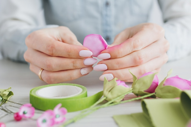 Kwiaciarnia robi wieniec ze sztucznych kwiatów z foamiran