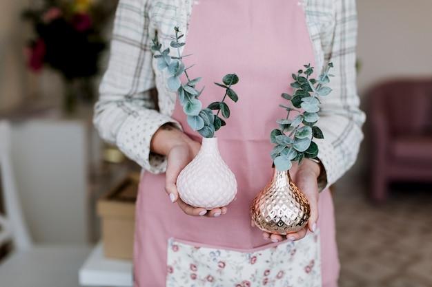 Kwiaciarnia trzyma rośliny w wazonach