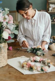 Kwiaciarnia układa bukiet kwiatów