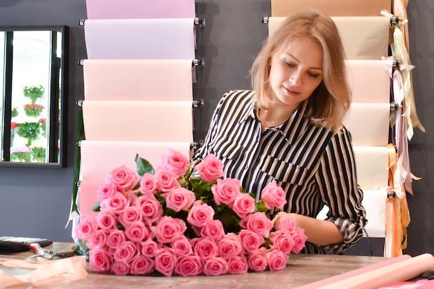 Kwiaciarnia wykonująca kompozycję kwiatową.