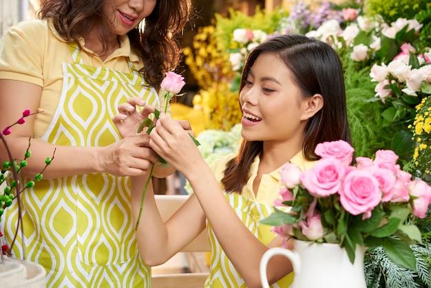 Kwiaciarnie pracujące nad bukietem