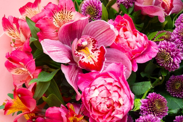 Kwiat baner bukiet kwiatów orchidea phalaenopsis wśród kwiatów na beżowym tle baner kartka świąteczna