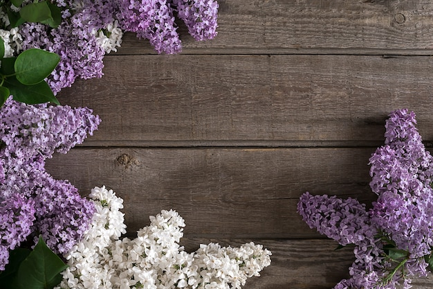 Kwiat bzu na rustykalnym drewnianym tle z pustą przestrzenią na powitanie. koncepcja tło wiosna. widok z góry