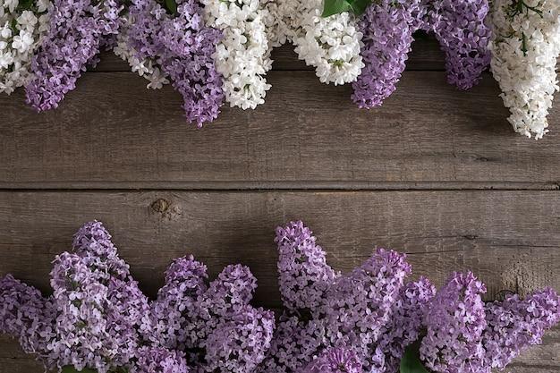 Kwiat bzu na rustykalnym drewnianym tle z pustą przestrzenią na powitanie wiadomości widok z góry