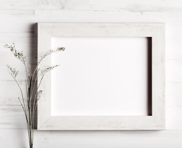 Kwiat i rama na drewnianej ścianie