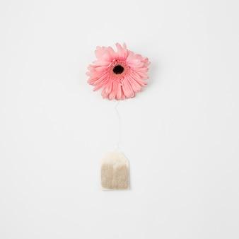 Kwiat i torebka na herbatę