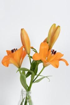 Kwiat kwiaty w wazonie na stole