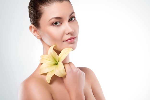 Kwiat lilii trzymany przez atrakcyjną kobietę