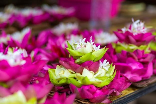 Kwiat lotosu biały i różowy kwiat z bliska w tle.