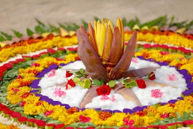 Kwiat nagietka rangoli design dla diwali festival, indyjski festiwal dekoracji kwiatowych