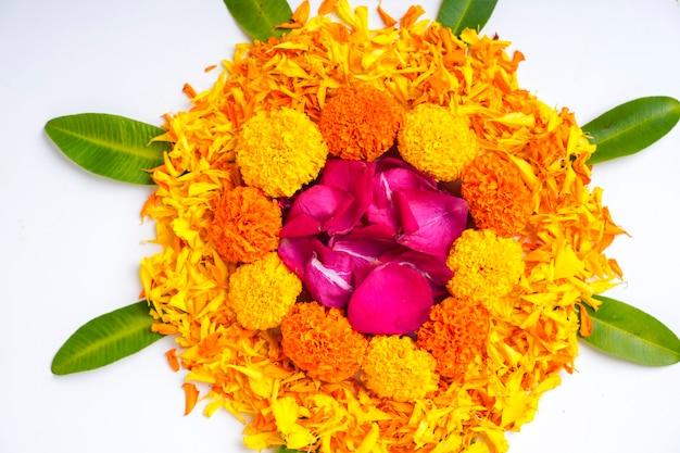 Kwiat nagietka rangoli na święto diwali