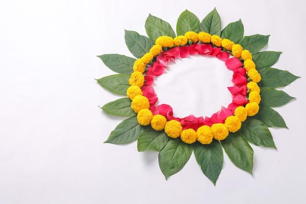 Kwiat nagietka rangoli projekt na festiwal diwali, dekoracja kwiatowa festiwalu indyjskiego