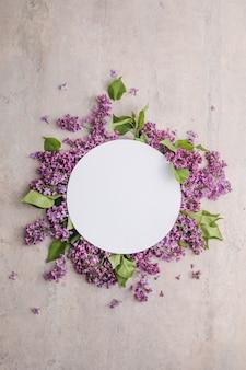 Kwiat syringa vulgaris w kwiatu bzu i pusta papierowa karta do wiadomości tekstowej widok z góry