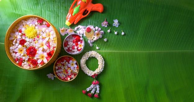 Kwiat w miseczkach na wodę i pistolet na fajkę na liściu bananowym na songkran festival lub thai n