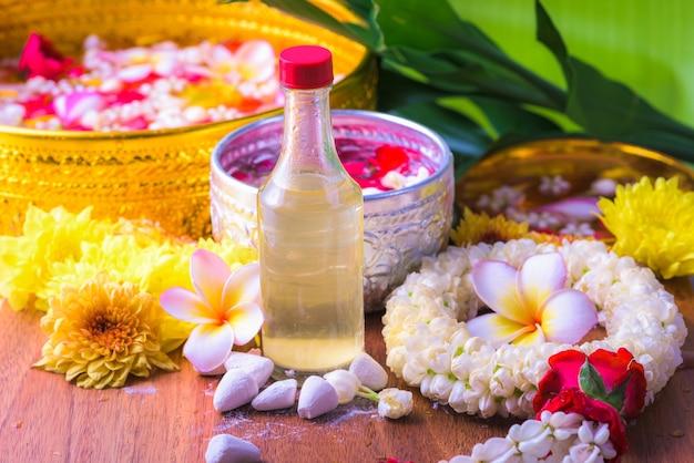 Kwiat w miskach wodnych i pistolet na fajkę na liściu bananowca na festiwal songkran lub tajski nowy rok