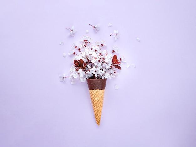 Kwiat wiśni w rożku do lodów