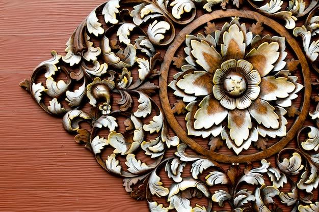 Kwiat wyryte w drewnie