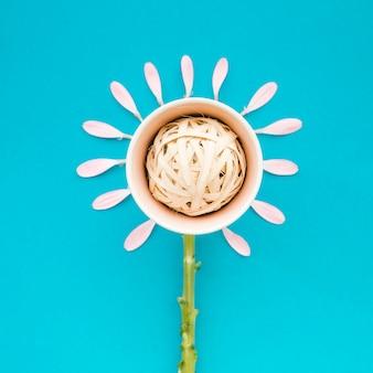Kwiat z doniczki i płatków z łodygą