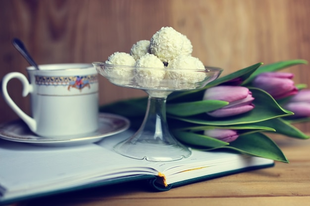 Kwiatek na księdze i herbata