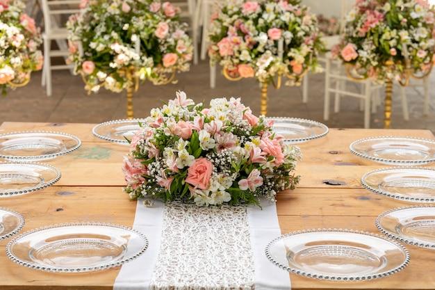 Kwiatowa aranżacja na drewnianym stole na imprezie towarzyskiej w meksyku