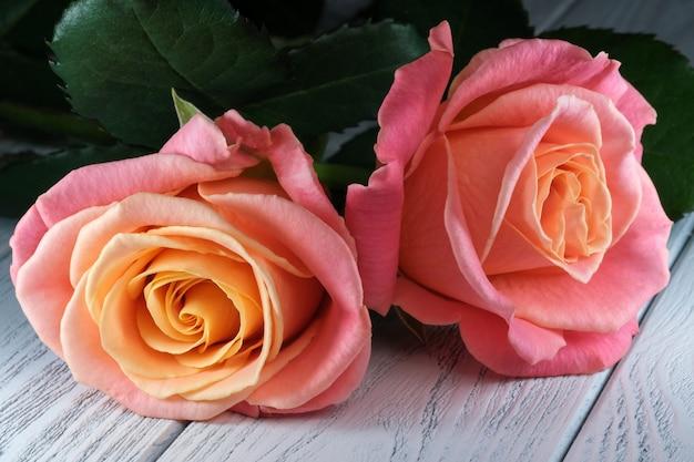 Kwiatowa kartka świąteczna z pięknymi różami na stole zbliżenie makrofotografii